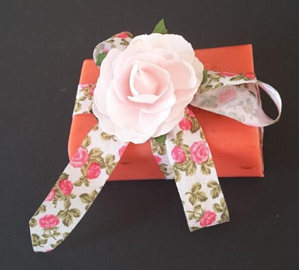 Schafmilchseife Rose mit Blüten als Geschenk