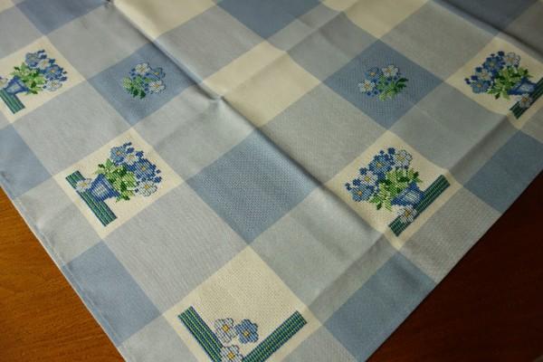 Blau-weisse Decke mit Blumen